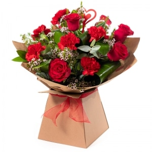 Smooch red roses and carnations